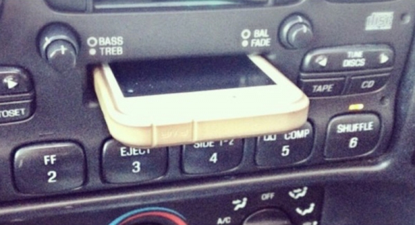 вставить iPhone в плеер