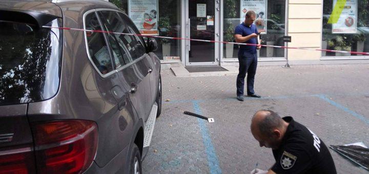автомобиль врезался в отделение банка