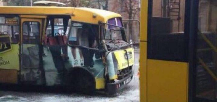 столкнулись троллейбус и автобус