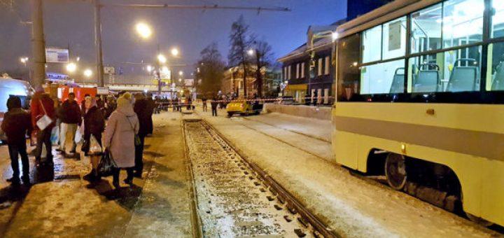 столкнулись на остановке общественного транспорта