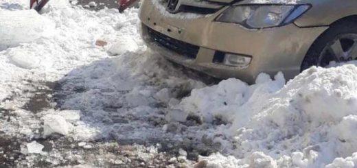 на авто упала глыба льда