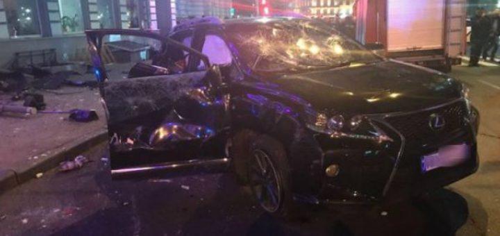 Mercedes, удирая от полиции, попал в ДТП