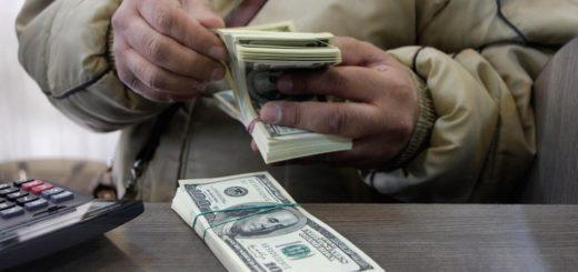 люди «сдают доллары» банкам