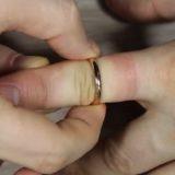 снимать застрявшее кольцо